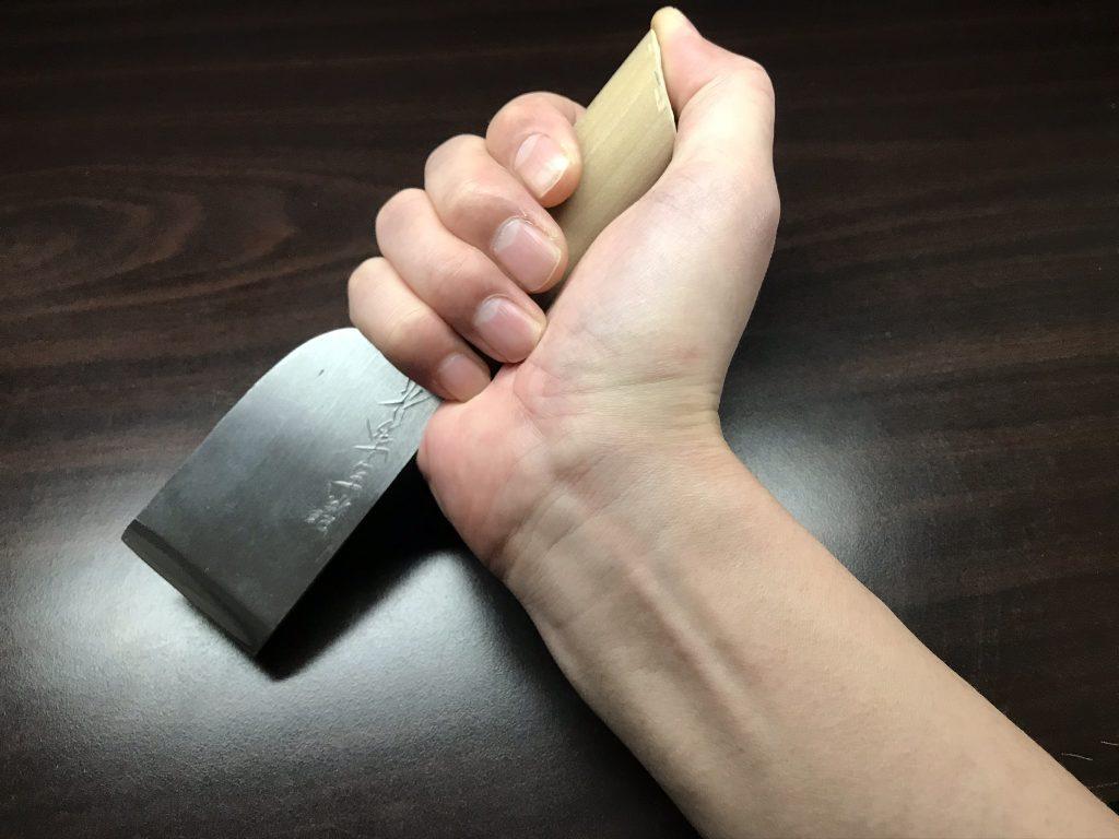 真っすぐ革を切る時の握り方