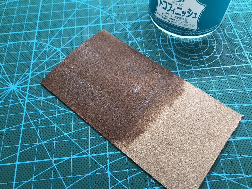 荒れていない革にトコフィニッシュを指で塗ります