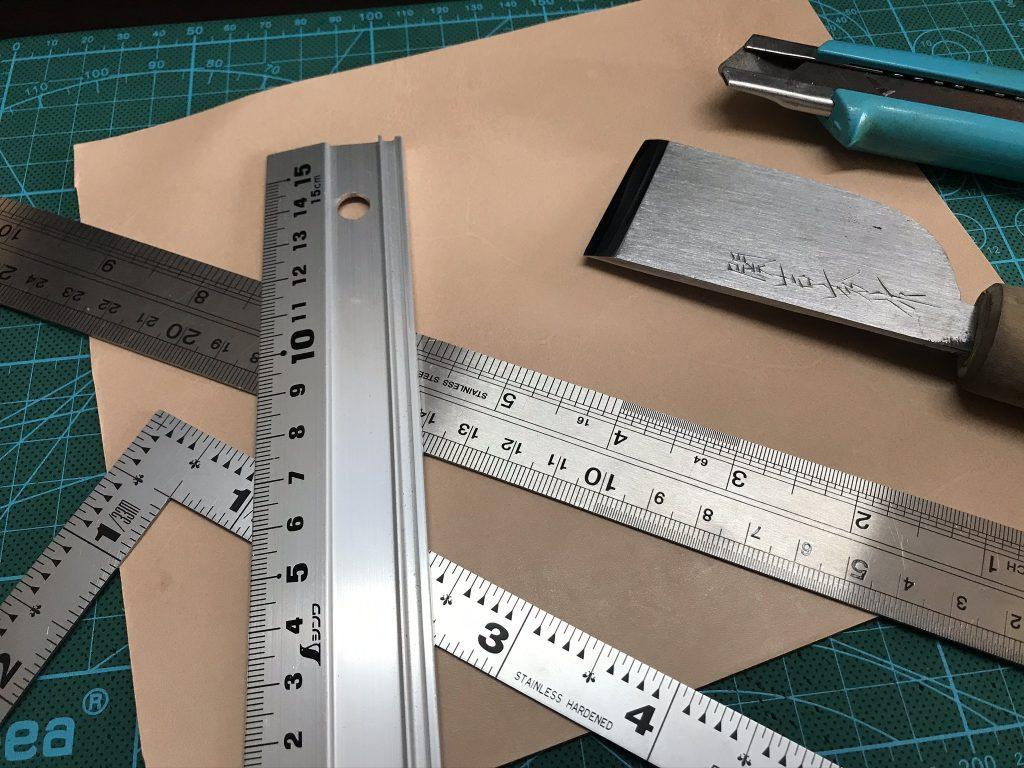 革を切るのに使用する道具
